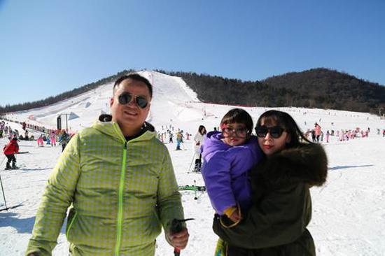 来自老河口的王鹏先生带着妻子和女儿首次来神农架滑雪