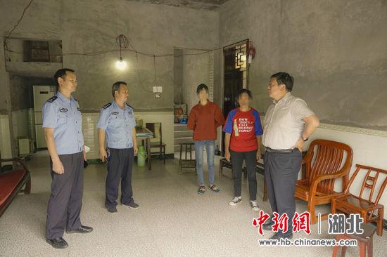 建始县公安局领导到茅田乡小茅田村探望困难学生 周涛供图