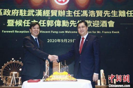 郭伟勳(右)将出任香港驻汉办主任一职。香港驻汉办供图