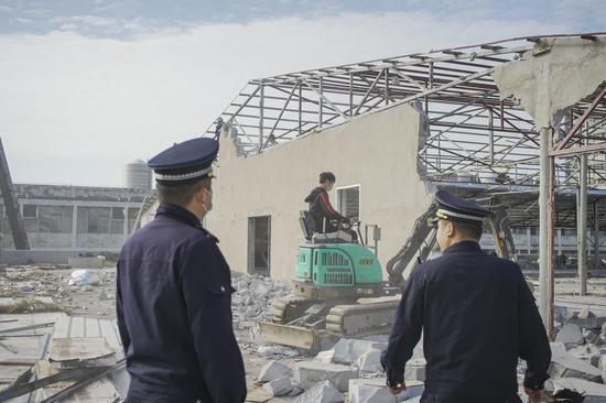 东湖高新城管帮拆2700平方米楼顶违建溜冰场