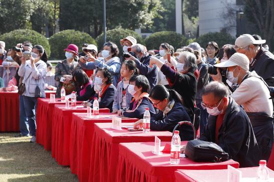 武汉市第八届斗菊擂台赛展示英雄武汉的精气神 30位养菊高手同台切磋