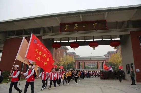 """宜昌市一中千名新生徒步35公里""""野蛮体魄"""""""