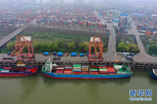 """2月28日,停靠在码头的""""汉海5号""""准备首航驶往上海洋山港(无人机照片)。新华社发(赵军 摄)"""