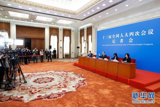 3月7日,十三届全国人大四次会议在北京人民大会堂举行视频记者会,国务委员兼外交部长王毅就中国外交政策和对外关系回答中外记者提问。新华社记者 张玉薇 摄