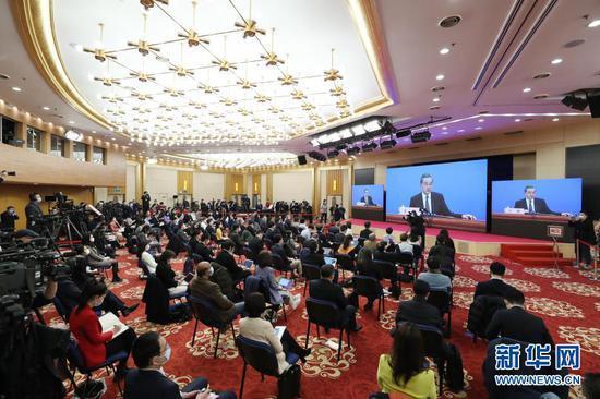 3月7日,十三届全国人大四次会议在北京人民大会堂举行视频记者会,国务委员兼外交部长王毅就中国外交政策和对外关系回答中外记者提问。这是记者在梅地亚中心多功能厅采访。新华社记者 金立旺 摄