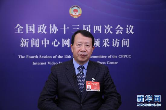 图为谢俊明在全国政协十三届四次会议期间接受采访。新华网发