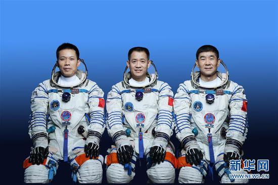 神舟十二号飞行任务乘组:聂海胜(中)、刘伯明(右)、汤洪波(左)。 新华社发(徐部 摄)