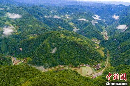 黄马河村群山绵延。 胡传才 摄