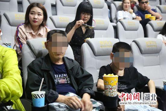 医护人员和爱心人士陪小汪和父亲看电影