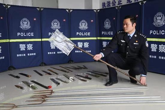 专班民警向记者展示张新某团伙械斗时所使用的渔叉 本文图均为 荆州市公安局 供图