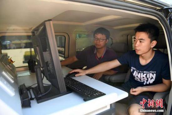 2017年高考,技术人员在福州一考场开展无线电信号监测。张斌 资料图