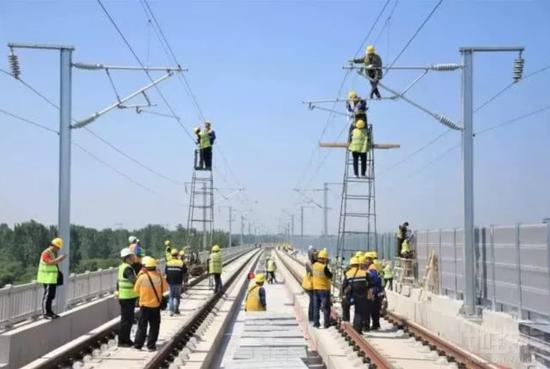 5月10日,郑万铁路河南段接触网工程首次静态验收在禹州至郏县区间