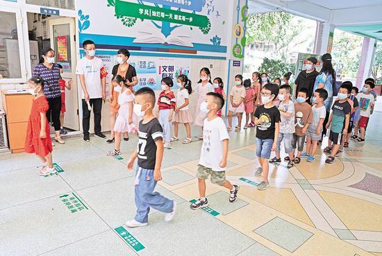 8月27日,武汉市江岸区四唯路小学对一年级新生进行出入校园演练。(湖北日报全媒记者 倪娜 摄)