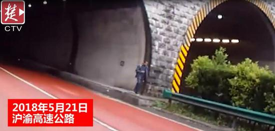 利川老人步行上高速却走反了 民警一路护送父子相见
