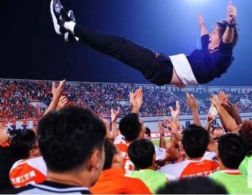 2018年10月6日,武汉卓尔队球员将主教练李铁抛向空中庆祝冲超成功 陈卓 摄