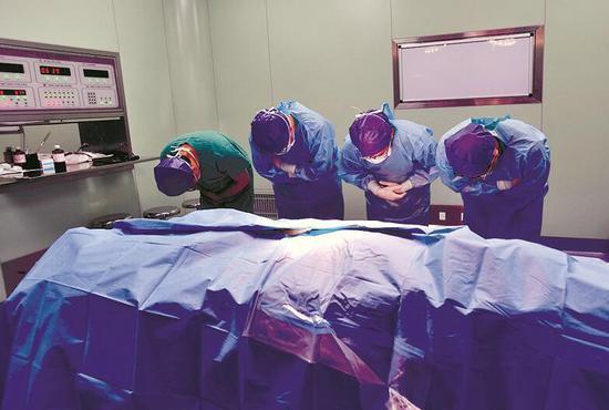 图为昨日凌晨5时52分,医护人员向毛世行作最后告别 摄影:楚天都市报记者王永胜