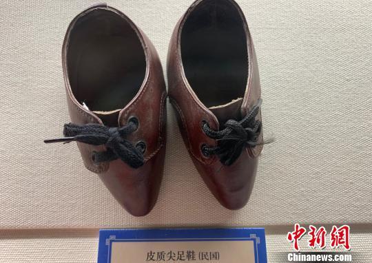 图为民国时期女性的皮质尖足鞋 武一力 摄