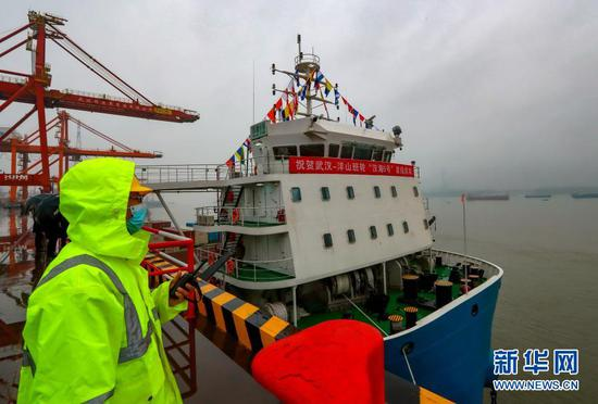 """2月28日,停靠在码头的""""汉海5号""""准备首航驶往上海洋山港。新华社发(李海贵 摄)"""