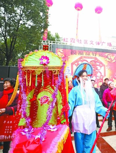 19日,洪山红霞社区闹元宵活动现场的《采莲船》