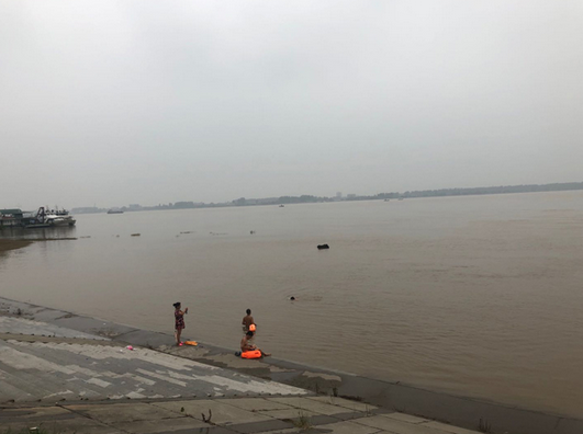 7月14日下午,荆州沙市区宝塔湾江段,有人下水游泳