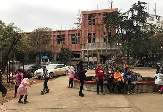 3月下旬,正在装修的教学楼。澎湃新闻记者 张维 图