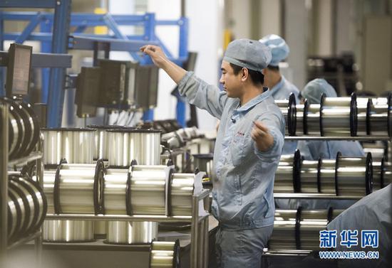 ▲这是2016年12月6日拍摄的位于武汉的长飞光纤光缆股份有限公司光纤生产车间内,工作人员对光纤进行检测。新华社记者 肖艺九 摄