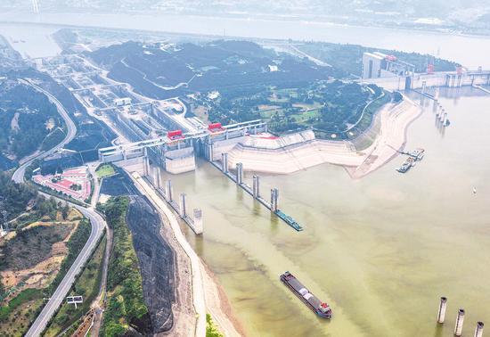 图为6月9日,轮船行驶在三峡大坝上游三峡五级船闸引航道。