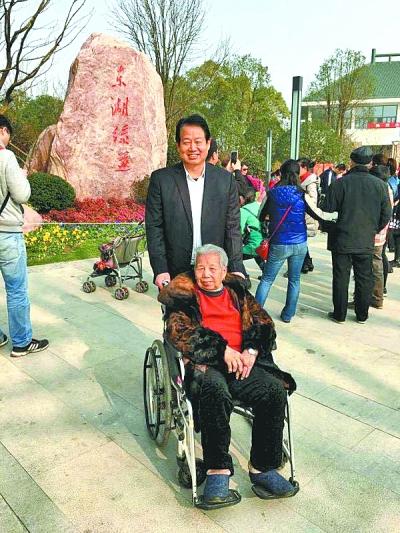 姚建华带着母亲游览东湖绿道 通讯员郭慧娟提供