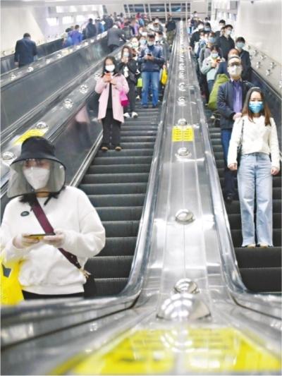 22日早高峰时间,地铁循礼门站1、2号线乘客有序转乘 长江日报记者刘斌 摄