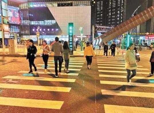 发光人行道让过街更安全