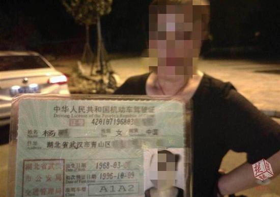 假车牌揪出假驾照 武汉60岁婆婆办假证开大客车被查