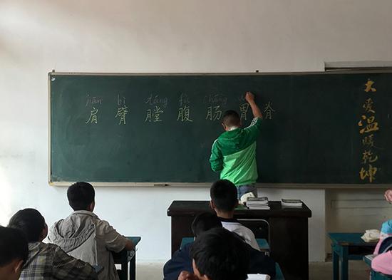3月28日,张明安给孩子们上了今年第一节试课。 澎湃新闻记者 张维 图