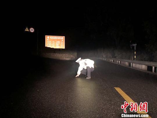 交警进入景区查看路面结冰情况 李强 摄