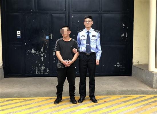 詹某被送押 通讯员 刘俊云 摄