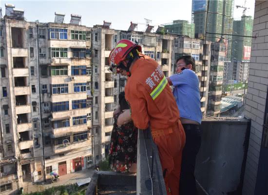 民警王德林和消防官兵一起救下轻生女子 通讯员 刘春燕 摄