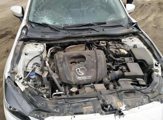 被撞坏的小车 警方供图