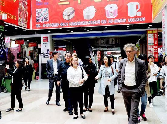 友城代表参观汉口北小商品城。