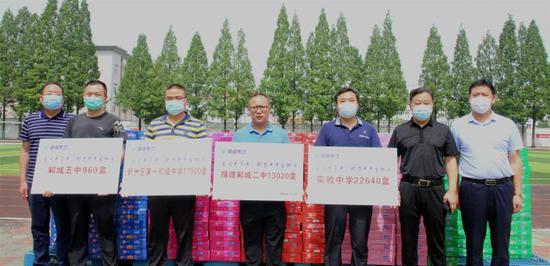 维维集团向新洲区4所初中中考生捐赠5万余盒学生奶