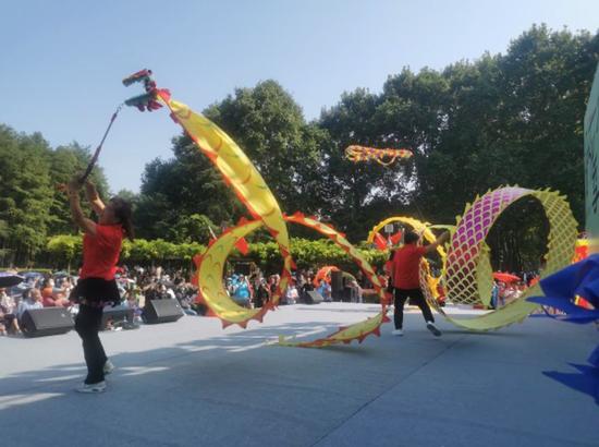 解放公园市民园长志愿者在小小舞台上舞龙,观众直呼精彩。 肖恩君 摄