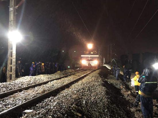 图为首趟列车39911次通过塌陷区段 吕恩超 摄