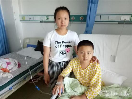 王夏林在照看弟弟王坤