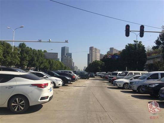 转运站外的云飞路未开通路段成停车场