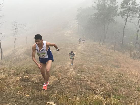 """参加新洲""""山马""""比赛的选手们翻山越岭。摄影:沈雷平"""