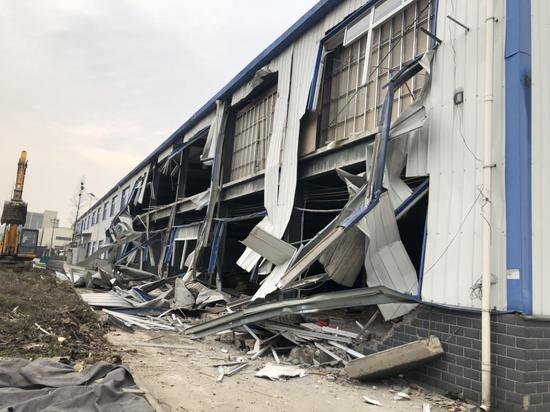 """东西湖慈惠街城管拆除物流园内违规""""大棚房"""""""