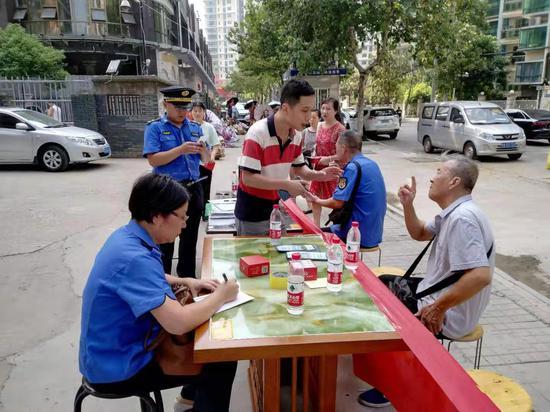 江汉城管走上街头宣传油烟噪声执法 现场查处3起噪音案件
