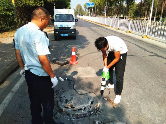 井盖破损影响道路通行 东西湖城管及时修复消除隐患