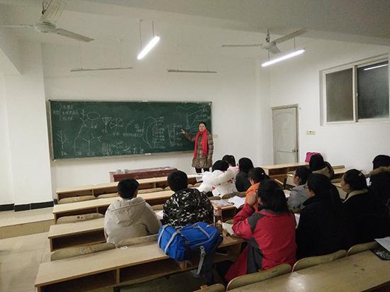 武汉教师王海燕无偿补课15年卖头发资助患病学生