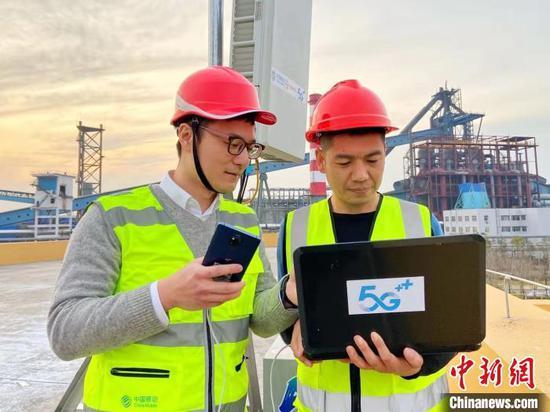 湖北移动及中国信科5G技术人员进行业务调试 王政 摄