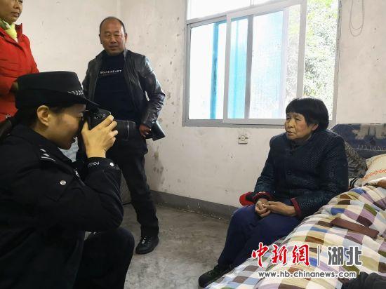 民警为聂奶奶拍照办证