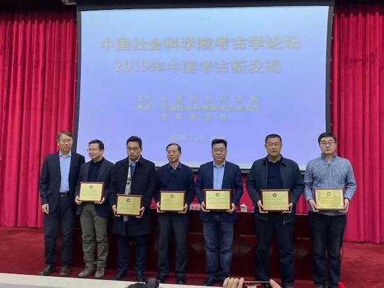 中国社会科学院考古研究所所长陈星灿向入选项目代表颁发证书。